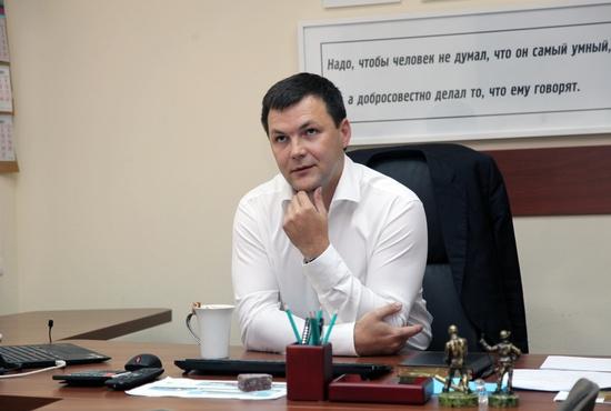 Прежде за спиной сити-менеджера висел телевизор, его он заменил на мотивирующую сотрудников цитату. Фото: Максим Кравчук
