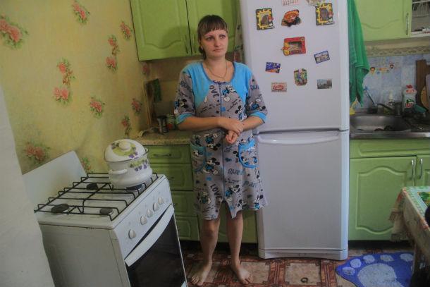 Наталья Полухина уже не сдерживает эмоций: с долгами за жилье предстоит расплачиваться еще несколько лет, дом разрушается от постоянной сырости, дети болеют Фото Анны Неволиной