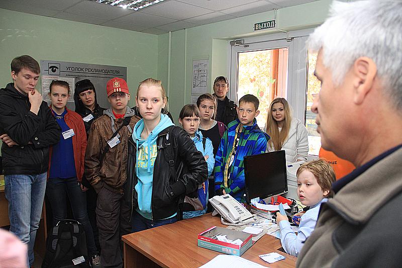 Александр Галицких дает наставления участникам фотокросса Фото Анны Неволиной