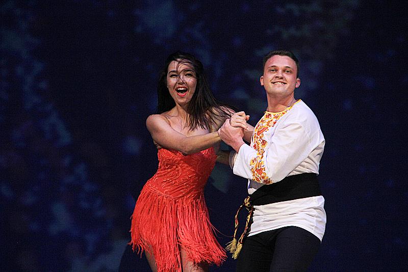 Александра Бобылева вместе с партнером исполнила не только бальный танец, но и целую сценку