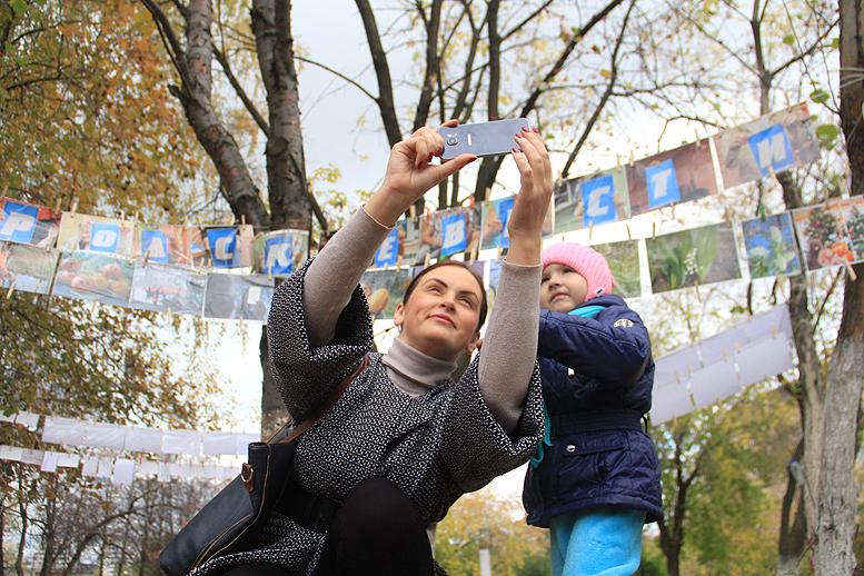 Самая юная зрительница фотовыставки — Софья Берняева Фото Анны Неволиной