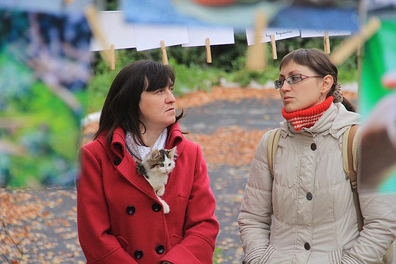 """Алла Коротаева (слева) — дебютантка фотокросса """"Оранжевое настроение"""" и фотовыставки """"Сушка"""" Фото Анны Неволиной"""