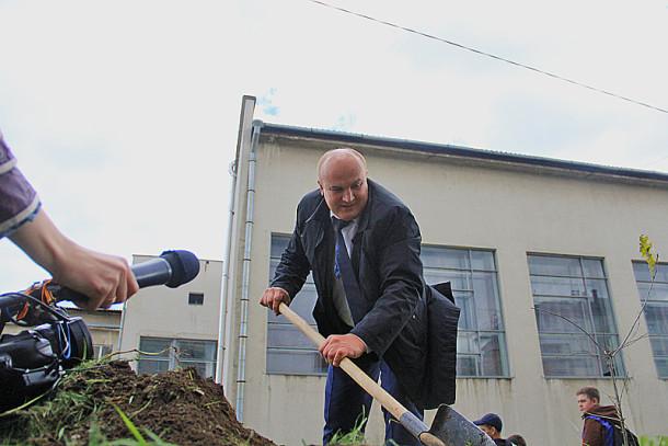 Глава городского округа Николай Козлов второй день подряд трудится над озеленением Первоуральска Фото Анны Неволиной
