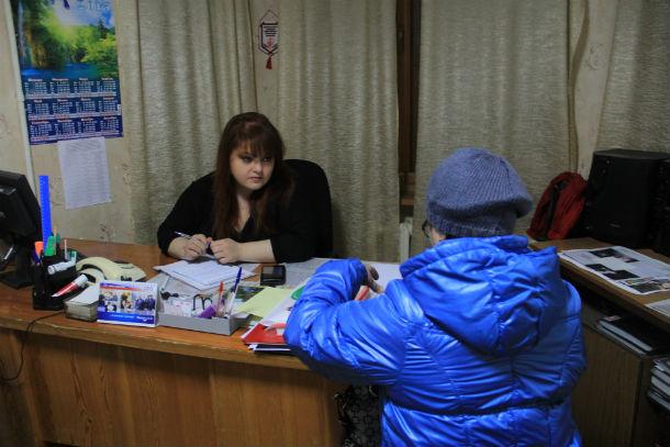 Ксения Лумпова проводит прием населения в городском совете ветеранов Фото Анны Неволиной