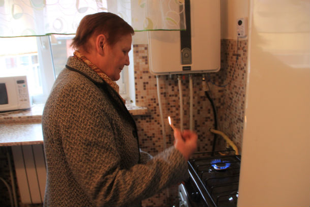 Чтобы сегодня Анна Теплоухова могла без препятствий поставить греть чайник, она с 2006 года пишет письма в администрацию города, правительство Свердловской области. Фото Анны Неволиной