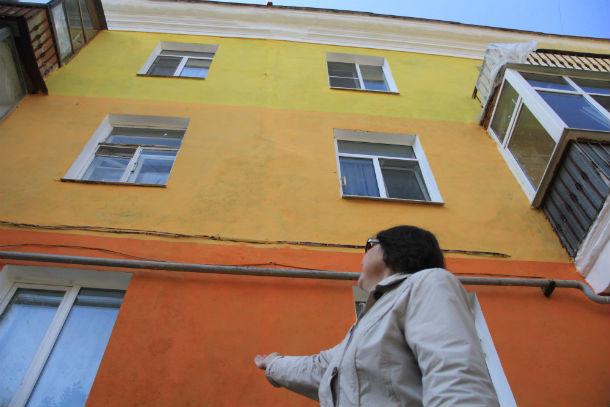 Надежда Лепилина считает, что цвета для дома, представляющего собой историческую ценность, выбраны неудачно Фото из архива редакции