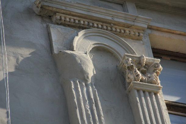 Таким образом подрядчик, пообещавший сделать качественный ремонт, восстанавливает лепнину Фото Анны Неволиной