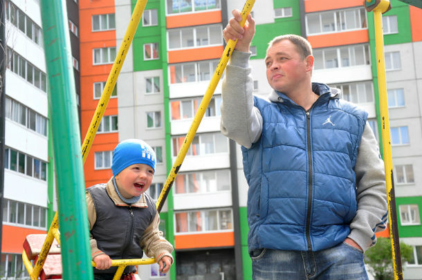 Бывший боец «Беркута» Александр пока не может найти работу в Первоуральске, поэтому сидит с сыном дома.Фото Анны Неволиной