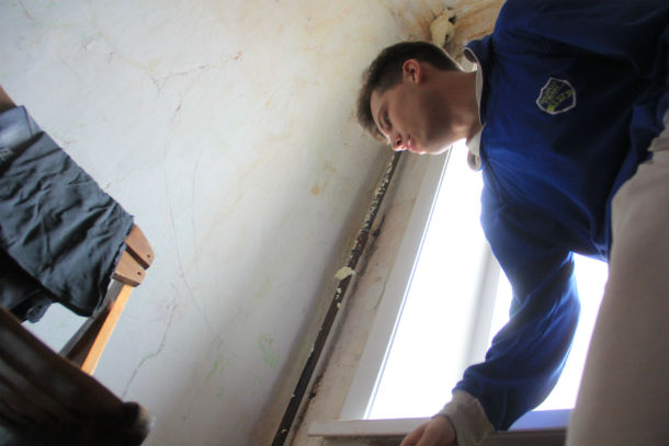 Изза дырявой крыши стены  в квартире Дмитрия Паксеева вечно мокрые, а после установки труб отопления дыры в потолке пришлось заливать монтажной пеной.  Фото Анны Неволиной