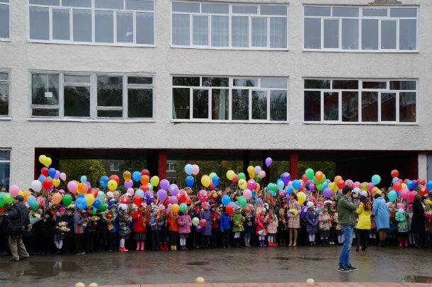 Более тысячи учеников сегодня приняла школа №1. Фото Ольги Хмелевой