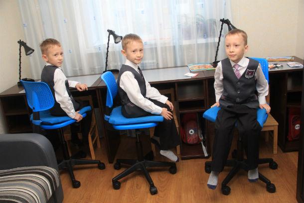 У маленьких школьников есть рабочие места — у каждого свое. Фото Анны Неволиной