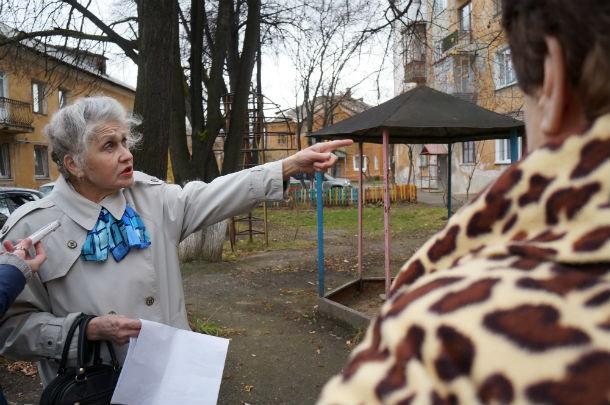 Нина Казарина — активная жительница дома №7 по ул. Герцена — возмущена недоработками со стороны строителей офисного здания Фото Марии Поповой