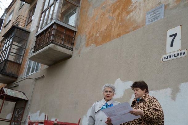 Нина Казарина (слева) и Елена Афонина сравнивают свой дом с пристанищем для душевнобольных Фото Марии Поповой