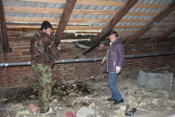 Крышу на Ватутина, 33 ремонтируют уже второй раз за последние пять лет. И оба раза это головная боль для жителей Фото Марии Поповой