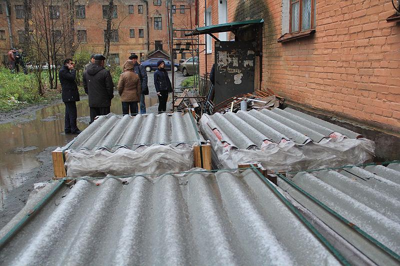 В ожидании, пока высокопоставленные гости выйдут из подвала дома №1А на ул. Комсомольская Фото Анны Неволиной