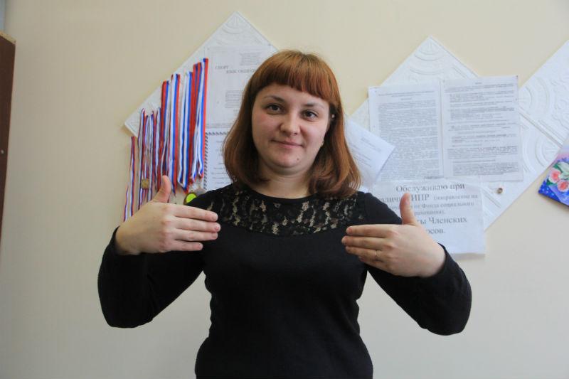 """Один жест — одно слово. На фото Лилия Силина показывает жест """"Здравствуйте"""""""