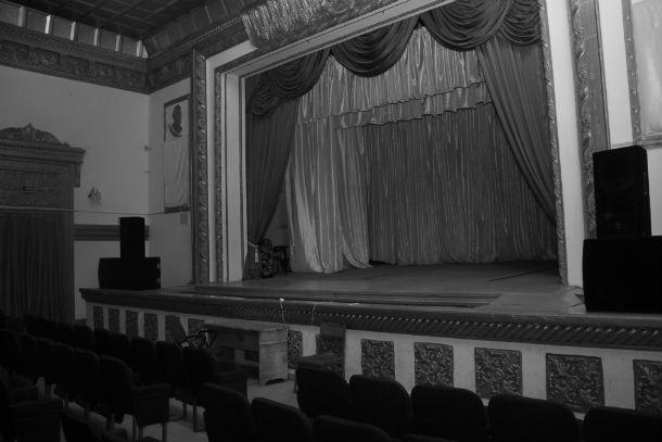 Пустая сцена. Фото Анны Неволиной