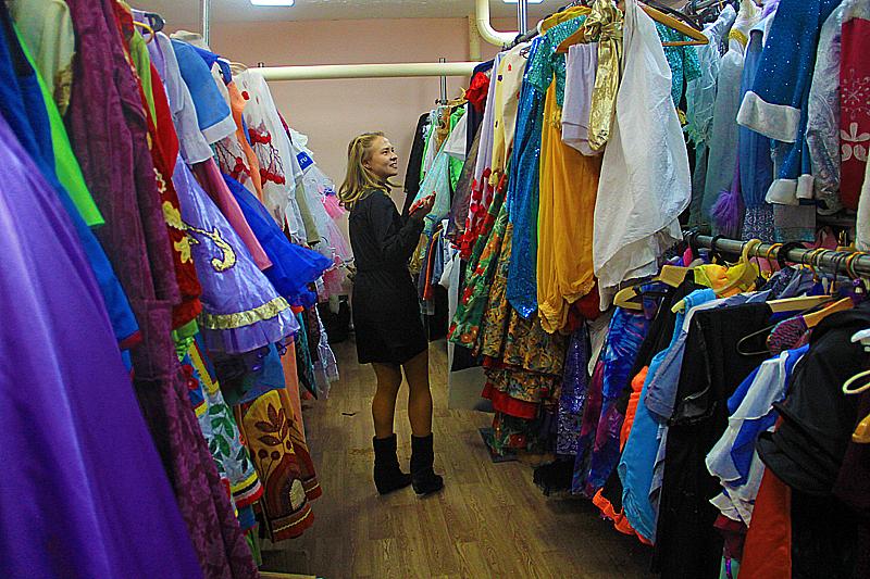 """""""Кажется, что костюмов много, но что-то найти часто сложно. Конечно, если вы задумали костюм Леди Гаги, во Дворце культуры, где в основном детские коллективы, такого наряда нет"""", — говорит Наталья. Фото Анны Неволиной"""