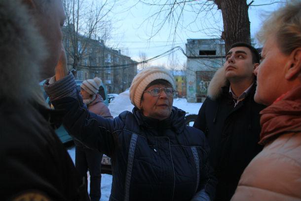"""Первый дом, который посетила комиссия, стал №33 по улице Ватутина. Жители этого дома при слове """"капремонт"""" морщатся и очень жалеют, что работы началась — сегодня, во время похолодания, люди до сих пор живут с разобранной крышей. Фото Анны Неволиной"""