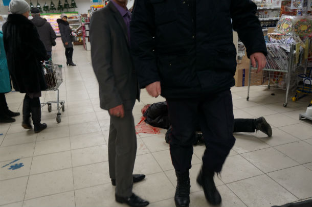 До приезда полиции, вор лежал в торговом зале. Раненного охранника увели. Фото Анны Неволиной