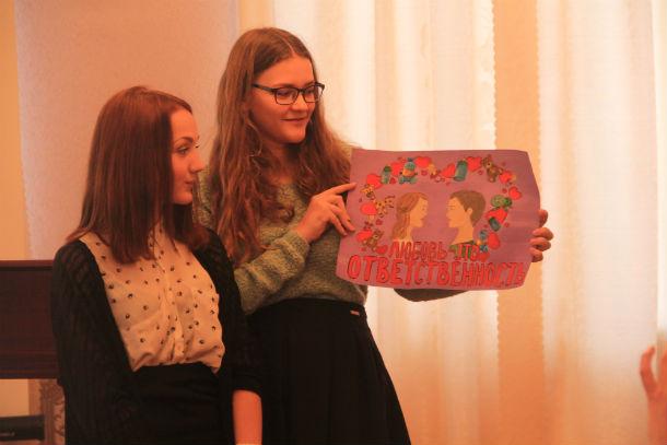 """Валерия Краева и Татьяна Макарова нарисовали плакат на тему """"Любовь — это ответственность"""". Фото Анны Неволиной"""