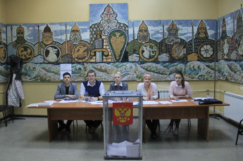 Члены избирательной комиссии в ДК ПНТЗ Фото Анны Неволиной