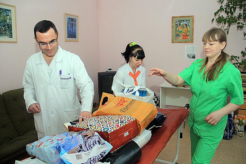 Заведующий кардиологическим отделением Вадим Кучумов рассматривает приобретенное богатство Фото Анны Неволиной
