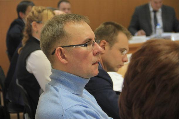 Виталий Листраткин удивляется, почему отправили в качестве докладчика человека, который некомпетентен отвечать на вопросы Фото Анны Неволиной