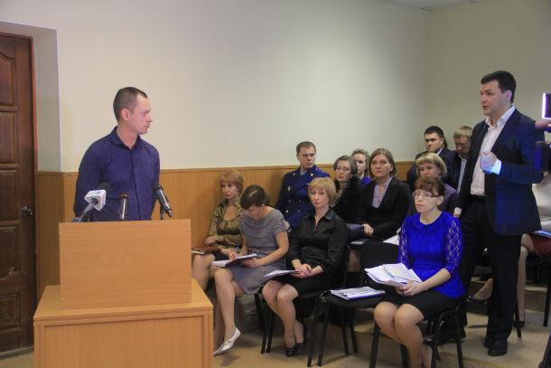 Сити-менеджер Алексей Дронов напоминает представителю фонда, почему администрация вовремя не утвердила сметы Фото Анны Неволиной