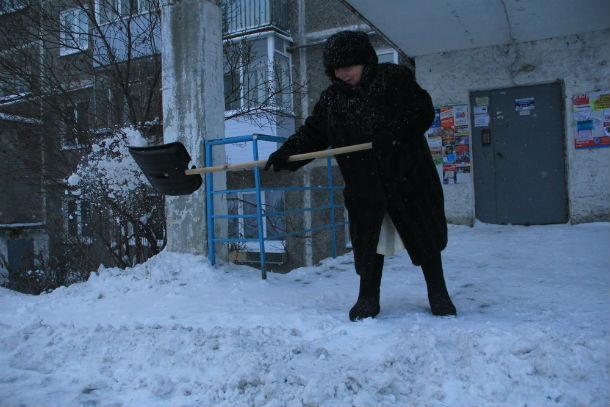 Баба Шура — гордость двора. В своем элегантном возрасте она не гнушается физической работы — каждый день очищает двор от снежных завалов, не дожидаясь дворников. Фото Анны Неволиной