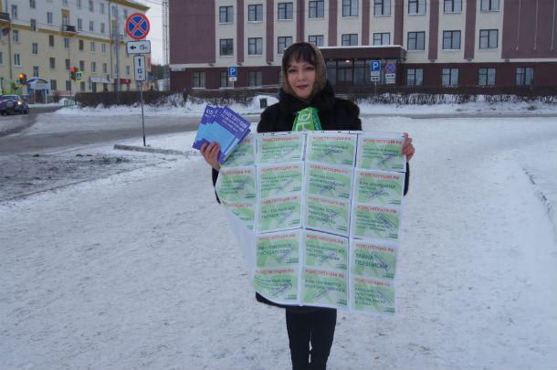 Гульназ Закирова отметила День Конституции по-своему — раздавала брошюры жителям Первоуральска Фото предоставлено Гульназ Закировой