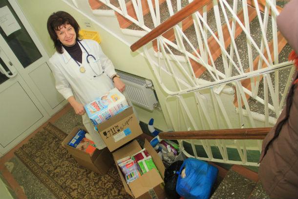 Заведующая домом ребенка Марина Васенина благодарит неравнодушных первоуральцев за помощь. Фото Анны Неволиной