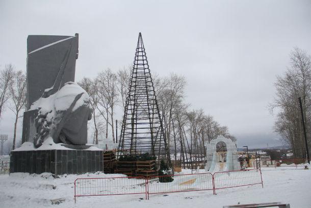 Монтаж главной елки Первоуральска уже потихоньку идет. Фото Анны Неволиной