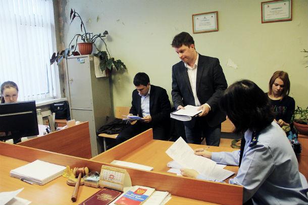 Юрист Денис Самарин представлял интересы Натальи Гичкиной, юрист Дмитрий Крючков — интересы администрации.