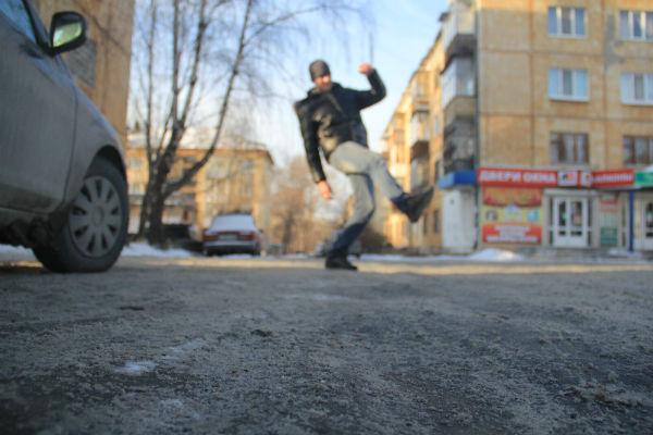 На тротуарах образуется рыхлая масса, которая предательски скрывает наледь. Фото Анны Неволиной