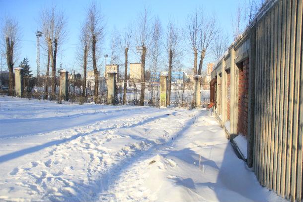 Одноэтажное здание на самом входе в парк находится в частной собственности, поэтому снести его администрация не имеет права. Фото Анны Неволина