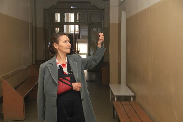 Пенсионерка Ирина Мариныч не смогла дойти до сада, упала возле кинотеатра «Восход». Итог — перелом левой руки в двух местах. Фото Анны Неволиной