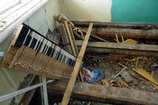 Половые доски пригодились жителям Динаса, из пианино добытчики металла извлекли, на их взгляд, самое ценное и сдали на металлолом. Фото предоставлено Святославом Кудрявцевым