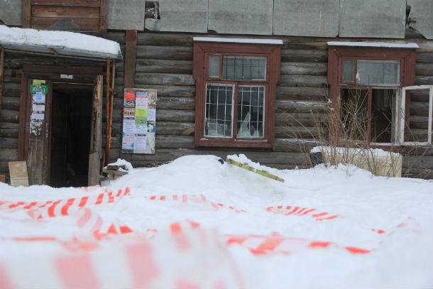 В доме №6 по улице Карбышева уже практически нет дверей и окон  Фото Анны Неволиной