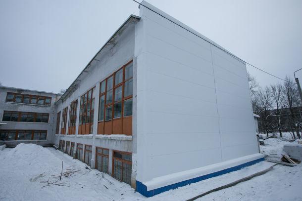Вот так сейчас выглядит отремонтированная стена школы №15 Фото с сайта www.prvadm.ru