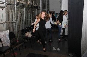 Последние дни перед концертом конкурсантки проводят в ДК. На фото Анна Столбова боится пропустить свой выход на сцену Фото Анны Неволиной