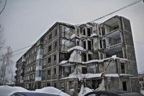 В январе 1995 года в доме №14 по улице Заводская произошел взрыв бытового газа, в результате чего был разрушен один из подъездов, погиб один человек.  Фото Анны Неволиной