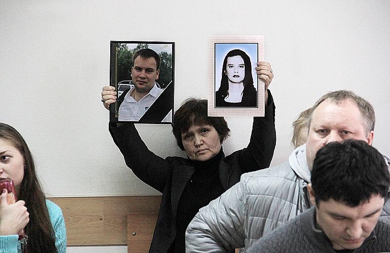 Родственники погибшего Дениса Дьякова принесли в зал суда его фотографию и снимок его не пережившей горя матери Фото Анны Неволиной