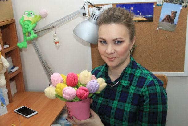 Первая мастерица, которая совсем скоро проведет мастер-класс по изготовлению таких тюльпанов, Марина Чучкалова  Фото Анны Неволиной