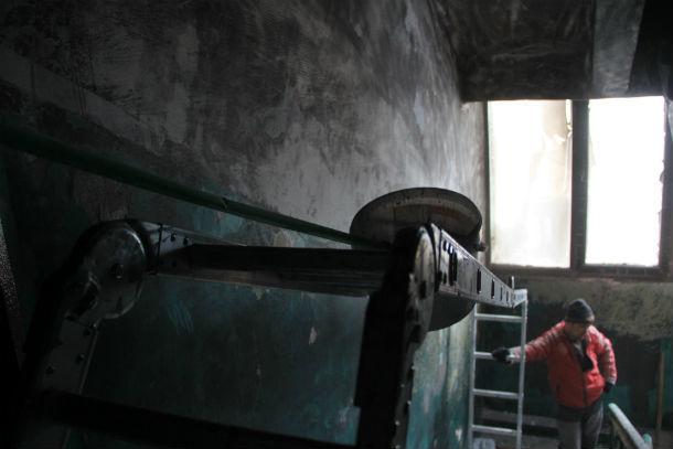 Сейчас ремонтом в подъезде занимается новая бригада рабочих. Старая после пожара сбежала Фото Анны Неволиной