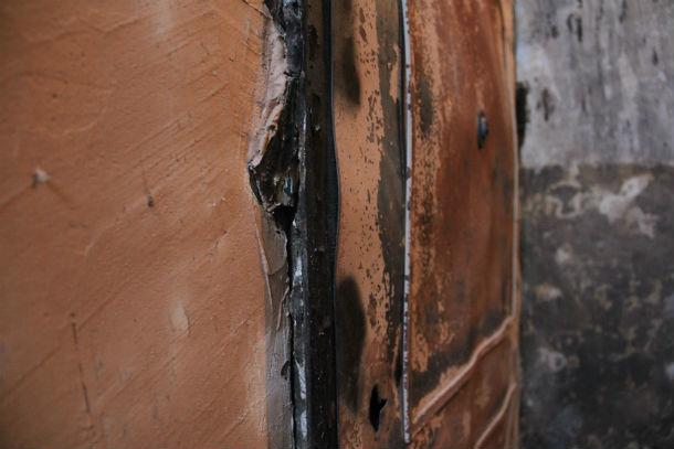 """Дверь в квартире №22, возле которой случился """"взрыв""""  Фото Анны Неволиной"""