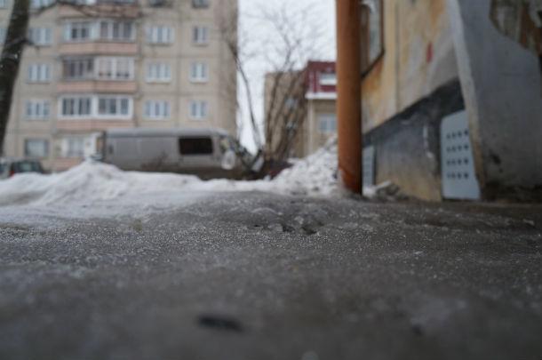 Из-за постоянной влажности сход в подъезд превратился в каток. Фото Ольги Хмелевой