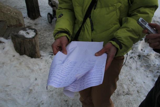 Хромпиковцы собирали подписи, чтобы педиатрическую службу в микрорайоне не закрывали Фото Анны Неволиной