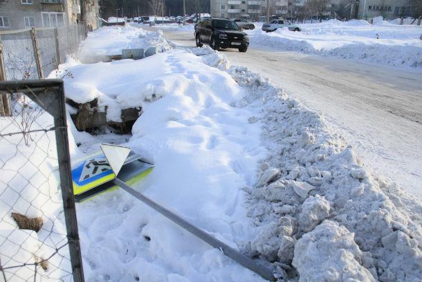 Дорожные знаки уже несколько дней валяются на обочине  Фото Марии Поповой