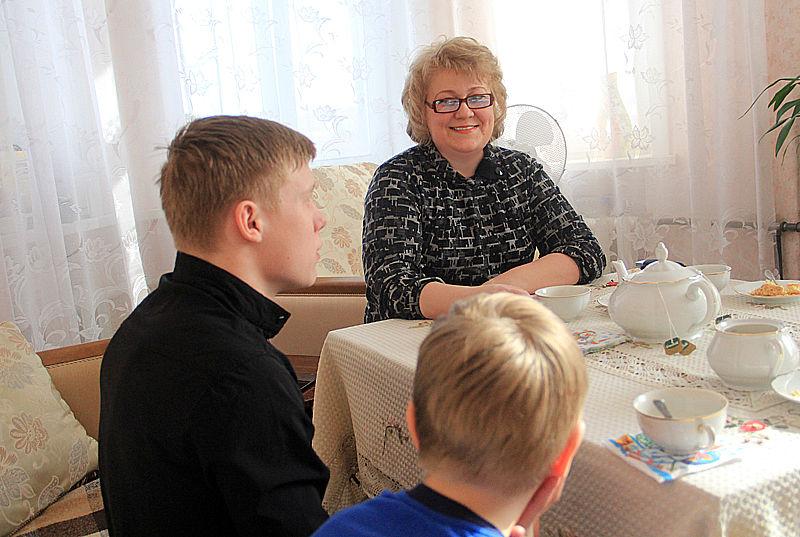 Мама Оксана и младший брат Арсений переживают за Марка и ходят на каждый его бой. Фото Анны Неволиной